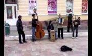 уличный коллектив играет Марио