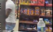 Кассир забавно разыграл посетителей магазина.