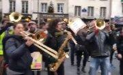 Протестующие с Евангелионом и полиция франции
