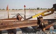 Арабы строят железную дорогу в пустыне