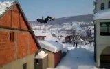 Сумасшедший прыжок с крыши в снег