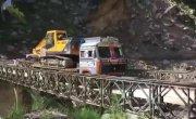 Грузовик с экскаватором обрушил мост над ущельем в Индии.