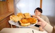 Японец впервые пробует БЛИНЫ на Масленицу