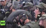 У суда в Киеве произошли столкновения между полицией и членами добровольческих батальонов. RT Russian.